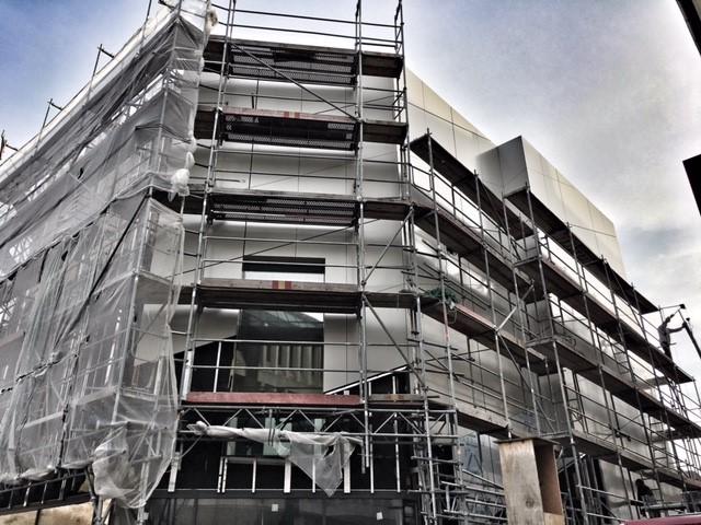 Die ersten Hüllen fallen bei der neuen Domschatzkammer Minden und geben den Blick auf die Fassade frei. (c) Foto: Hans-Jürgen Amtage