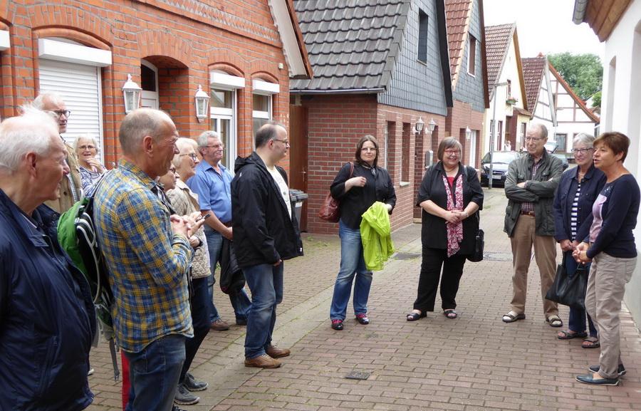 Ehrenamtliche Mitarbeiterinnen und Mitarbeiter des Dombau-Vereins Minden besichtigten bei einer Fortbildung die Alte Synagoge in Petershagen. Foto: DVM