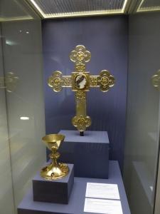 Das Vortragekreuz aus dem Domschatz Minden, auch als Kapitelkreuz bezeichnet, ist zurzeit in Paderborn zu sehen. Foto: DVM/Amtage