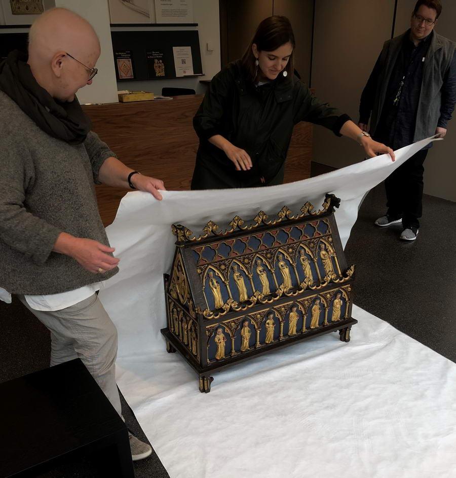 Die wissenschaftliche Mitarbeiterin des Diözesanmuseums Paderborn, Ursula Pütz (l.), unter anderem zuständig für den Bereich Ausstellungen und Sammlungen, holte den Schrein jetzt in sicherer Verpackung aus der Domschatzkammer am Kleinen Domhof ab. Foto: DVM