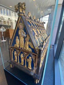 Auf der einen Giebelseite des Schreins befindet sich der Patron des Stiftes, Johannes der Täufer, am Fell und am Attribut des Lammes zu erkennen. Foto: DVM/Amtage