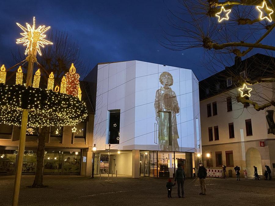 Der erste digitale Adventskalender des Dombau-Vereins Minden auf der Fassade des Domschatzes Minden - hier ist die Reliquien-Statue des Heiligen Laurentius zu sehen - fand großen Zuspruch. Foto: DVM