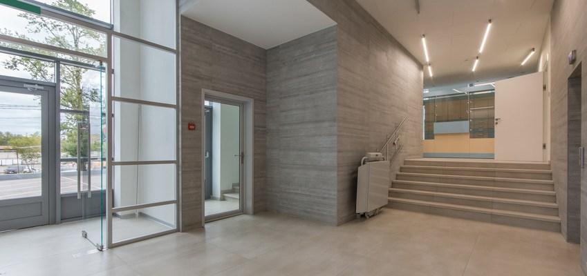 Entrée dans une clinique moderne ou un centre de bureau