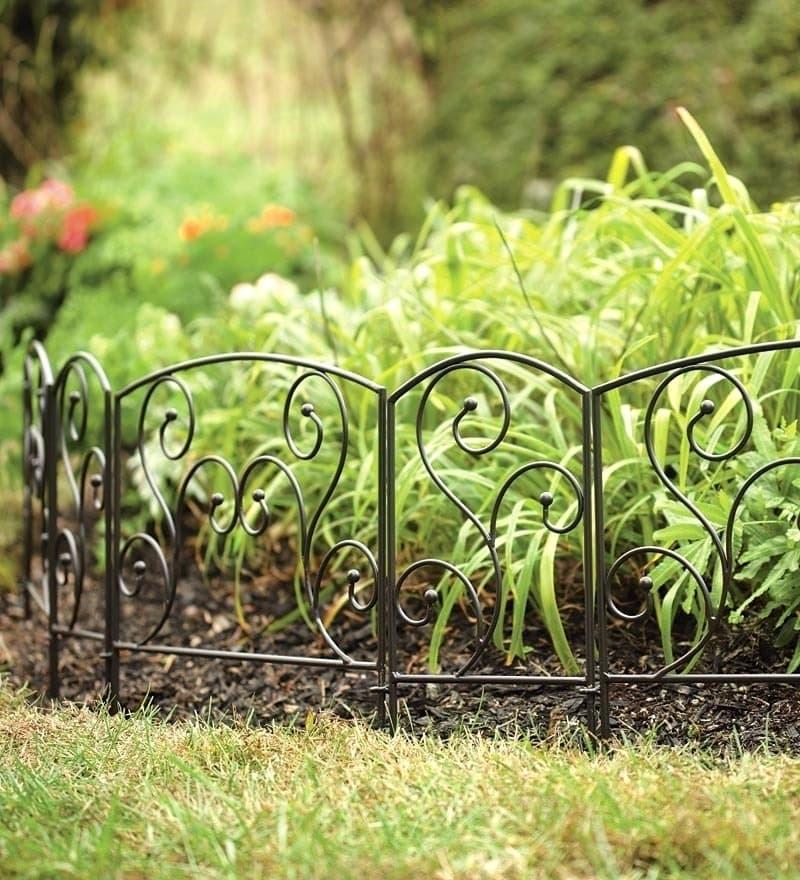 Изящное ограждение для клумбы из кованого металла позволит любоваться вашими зелеными питомцами из любого места вашего сада, так как оно практически не закрывает обзор