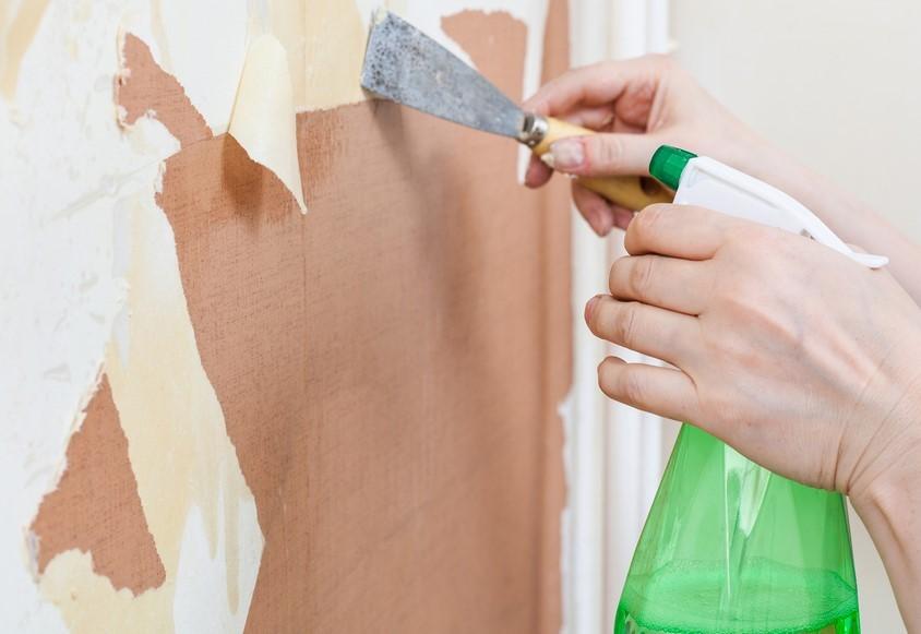 用特殊液体从墙壁上移除壁纸