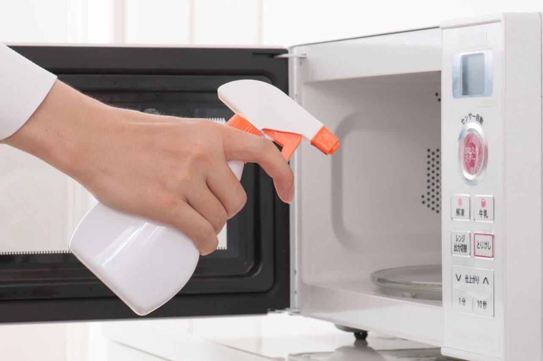Reinigen Sie die Mikrowelle mit der Glasreinigung