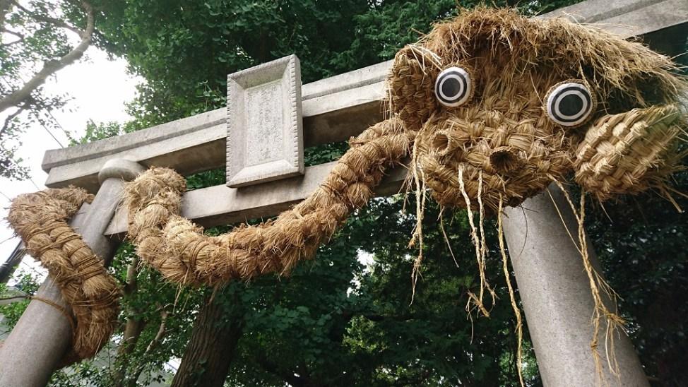 奥澤神社の鳥居。わらで作った大蛇が巻き付けられている