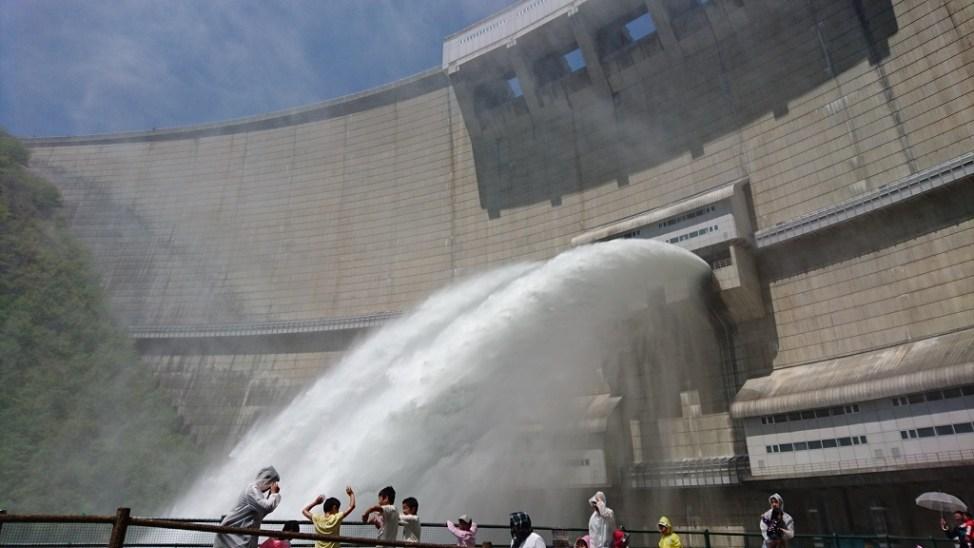 温井ダムの放水