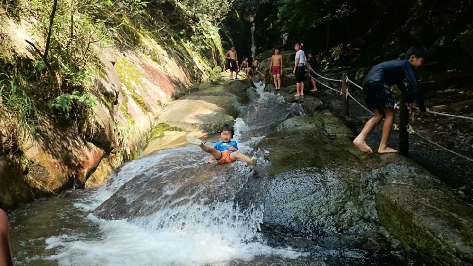 広島県府中市の三郎の滝。自然の川のすべり台