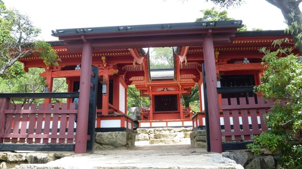 「品」の字に並ぶ御山神社の本殿