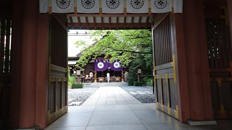 東京大神宮の神門から見る拝殿