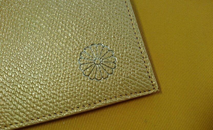 皇居の財布にあしらわれている菊の御紋