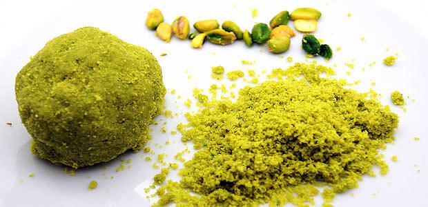 pasta base verde de ervas com pistache e queijo parmesão