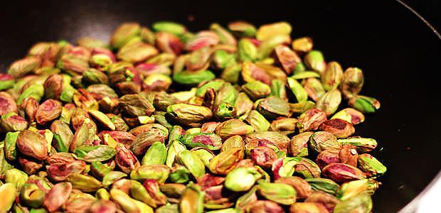 coloque o pistache em uma frigideira pré aquecida para deixar levemente tostado