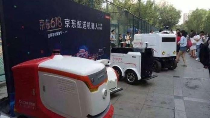 robot kurye Beijing'in sokaklarında hizmete girdi.