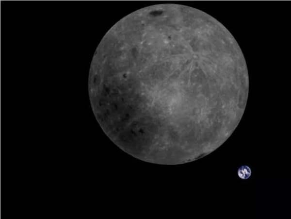 Ay'ın karanlık yüzü ve Dünya'nın arka kısmı aynı fotoğrafta