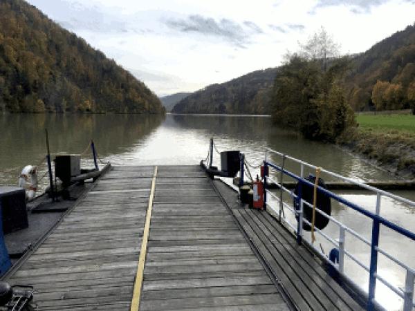 """Fähren hatten grösste Bedeutung für den Personenverkehr und Gütertransport auf der Donau. Namen wie """"Urfahr"""" oder """"Ufer"""" in Orts- und Hausbezeichnungen erinnern an ehemalige Standorte von Fähren. Auch heute sind diese Fähren für die Radfahrer auf dem Donauradweg bedeutsam da nur wenige Brücken das nördliche mit der südlichen Donau Ufer verbinden. Zwischen Passau und Wien gab es bis 1439 keine Brücke. Die zweite Brücke wurde 1463 zwischen Stein und Mautern mit 26 hölzernen Jochen errichtet. Erst Ende des 15. Jhdt. wurde eine Donau Brücke in Linz gebaut. Bis ins 19. Jhdt. waren Brücken eine Ausnahme. Lediglich an den wichtigsten Stellen wurden Brücken errichtet, da der Bau und vor allem die Erhaltung von Brücken technisch und finanziell sehr aufwendig waren. Die bis ins 19. Jhdt. üblichen Holzkonstruktionen wurden durch Eisstoss und häufige Hochwässer oft schwer beschädigt.d"""