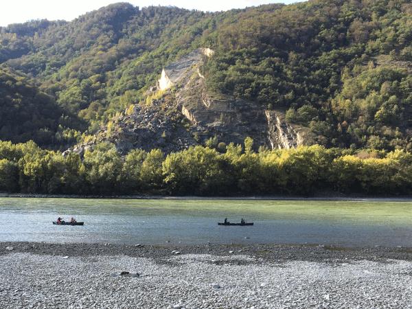 Am Donauradweg von Passau nach Wien erleben wir die freifliessende Donau. Sie ist über 33 km Länge das Herzstück der Wachau. Schroffe Felsen, Aue, Wälder, Trockenrasen und Steinterassen bestimmen die Landschaft.