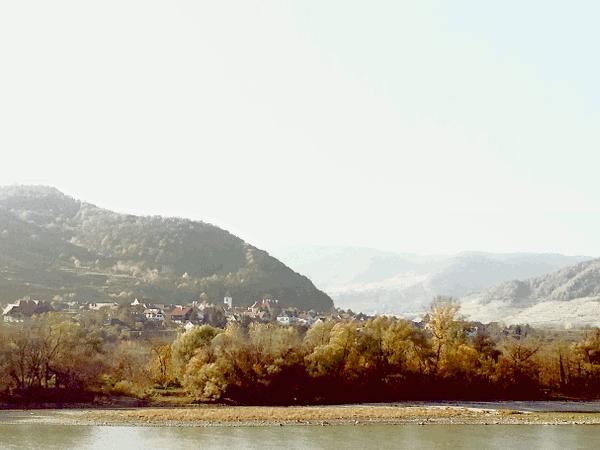 die Gemeinde Rossatz-Arnsdorf gilt als größtes Marillenanbaugebiet in Österreich. Spuren römischer Besiedelung an der Donau, eine Römerstraße und Reste eines römischen Burgus in Bacharnsdorf sind erwähnenswert. Eine der ältesten Glocken Niederösterreichs beherbergt die Kirche in St. Lorenz.