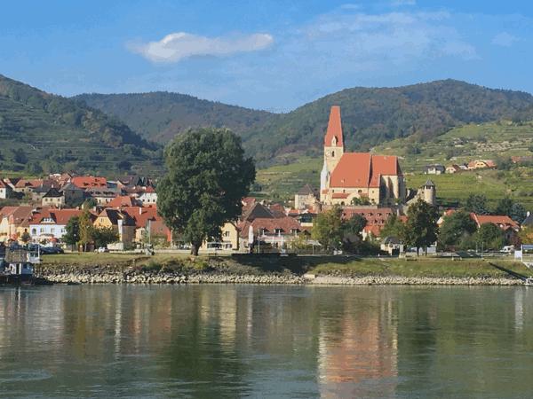 """Im 12. bis 14. Jahrhundert wurden Weingartenbesitzungen in St. Michael, Wösendorf, Joching und Weißenkirchen des Klosters Tegernsee, mit der Bezeichnung """"Distrikt Wachau"""" benannt. Ebenso werden in dieser Region an der Donau Weingärten des Klosters Zwettl und des Clarissinnen Klosters Dürnstein angeführt."""