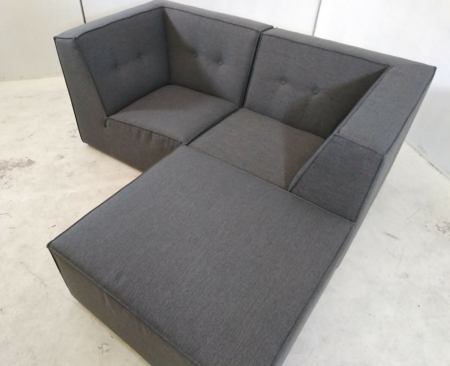 Sof modular peque o 2 plazas de color gris m s puf for Sofas pequenos medidas