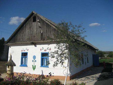 Жители села Александро-Калиново сами восстановили сохранившуюся хату-мазанку и устроили в ней музей.