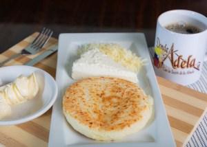 Arepa con queso y cafe