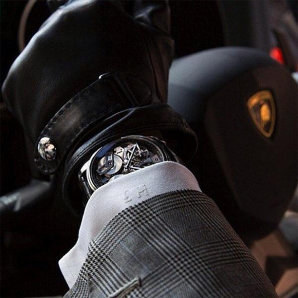 Chiếc đồng hồ Arnold & Son TB88 trông thật quý tộc và lịch lãm khi sánh đôi cùng với chiếc xe Laborghini sang trọng. Thiết kế này là biểu tượng của sự thanh lịch và tinh tế trong phong cách Anh để lộ cơ cả hai mặt, đi cùng với nó là một động cơ vô cùng phức tạp và chuẩn xác.