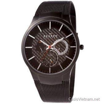 Skagen SK809XLTBB Titanium Black Dial là một trong những chiếc đồng hồ gây sốt trong những năm gần đây bởi phong cách riêng biệt làm từ titan. Các góc cạnh của đồng hồ được cắt tinh tế với các đường nét chỉ phù hợp với những người thực sự yêu thích chúng. Giá của Skagen SK809XLTBB dao động khoảng 1,900,000-2,000,000.