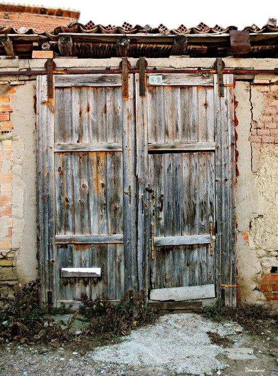"""""""Algunas puertas nos llevan al pasado más presente"""" por Donibane"""