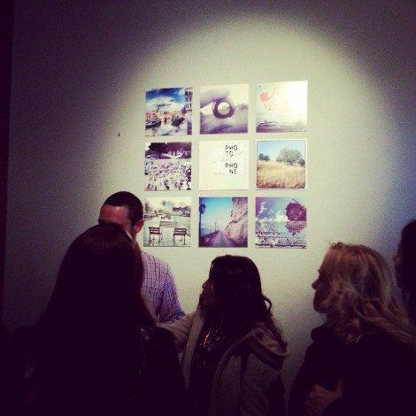 En el interior de Café Unión con exposición de fotografías del libro. Fotografía de Juancho Hernan Sanz