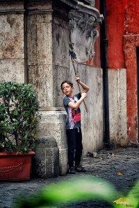 Fotografiando la zona del trastevere en Roma apareció este niño con pinta tan simpática