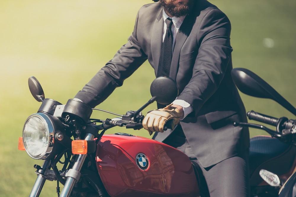 en traje en moto