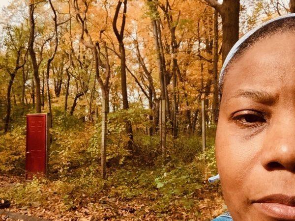 donna_selfie_autumn_forest
