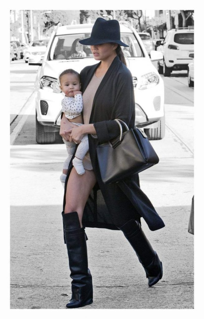 Chrissy Teigen with daughter Luna wore super short shorts (photo Splash News)
