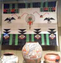 Tessuto con decorazioni e vasellame.