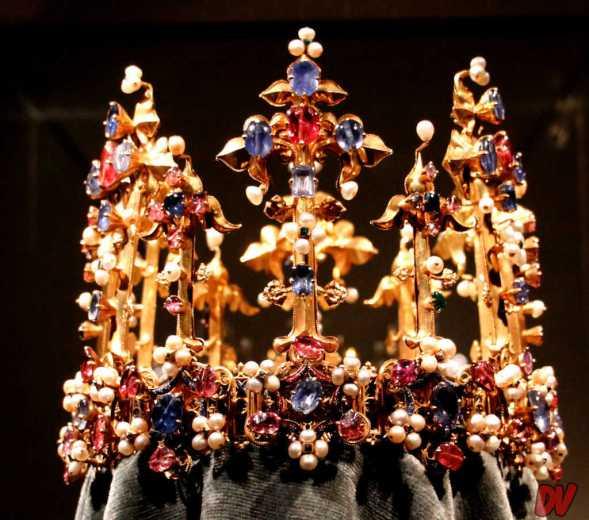 La Corona di Cunegonda. Composizione in zaffiri, rubini, perle e oro.