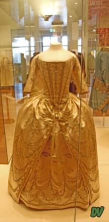 Abito femminile del 1700 con corsetto.