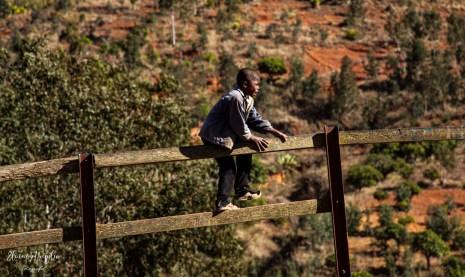 Bambino che si arrampica al mercato di Amabalavao