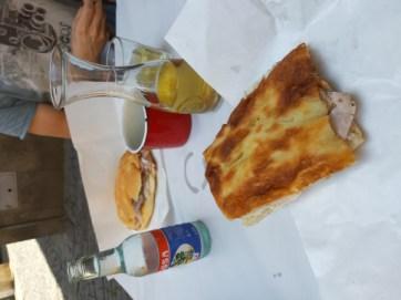 Piazza bianca con la porchetta e panino con la porchetta