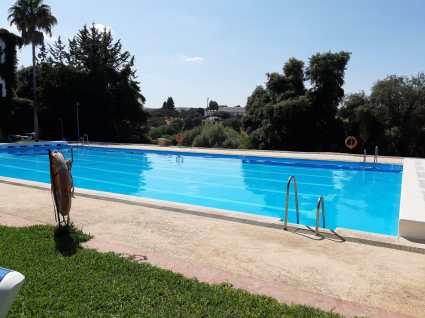 L'enorme piscina