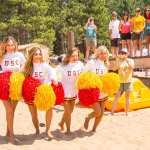 cheerleader in spiaggiai indossano collant neutri senza scarpe