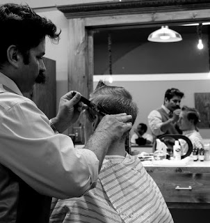 A barber cutting hair - Source: Pixabay