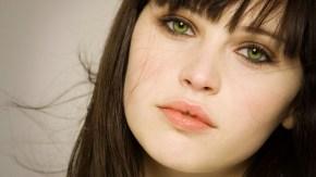 felicity jones close up green eyes