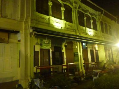 Green Kiwi hostel at night