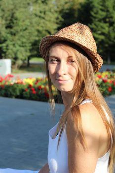 Photo of artist Katiya Che