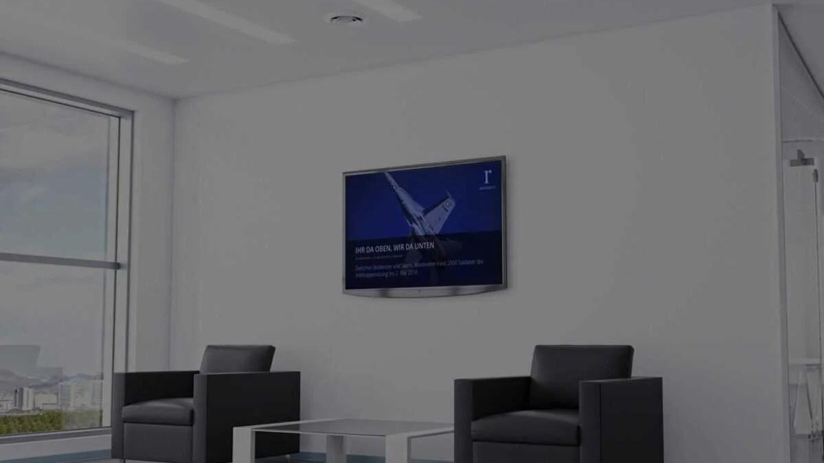 Digitale Infotafel im Aufenthaltsraum
