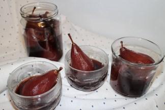 Poires pochées au vin et aux épices