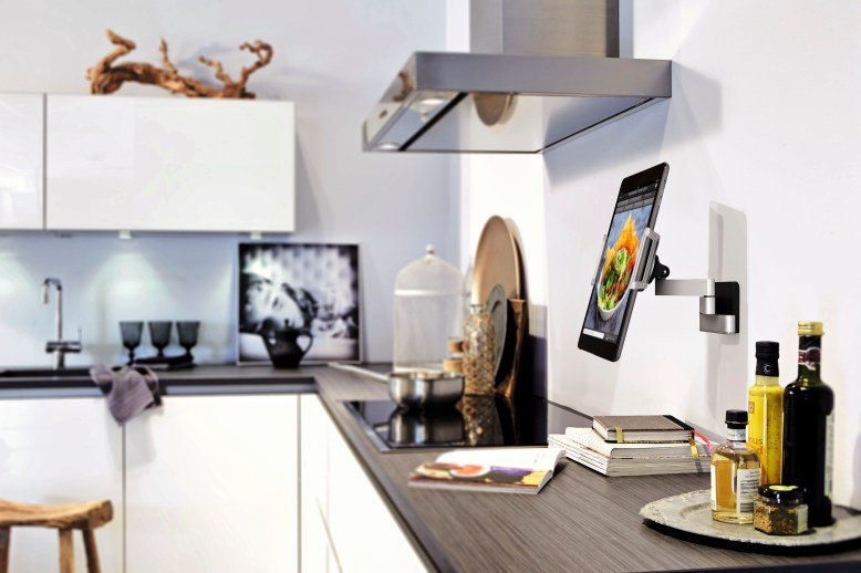 hq_rgb_tms_tablet_mounts_ambiance_kitchen2_close-book_vogels_4