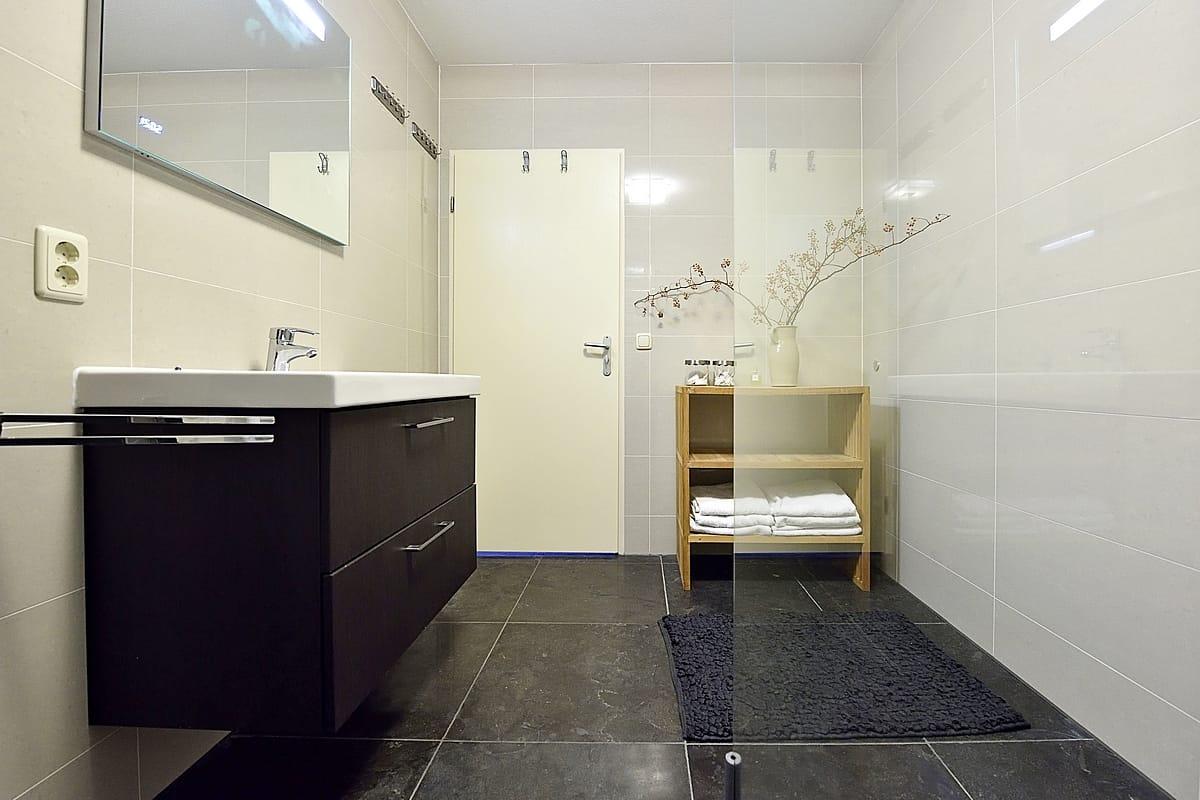 Zwart witte badkamer met een inloopdouche